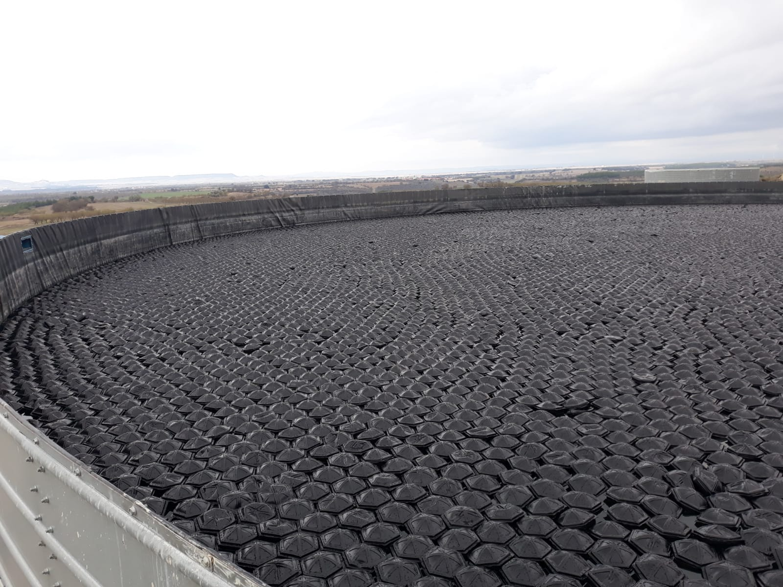 eliminación de algas en balsa de riego circular